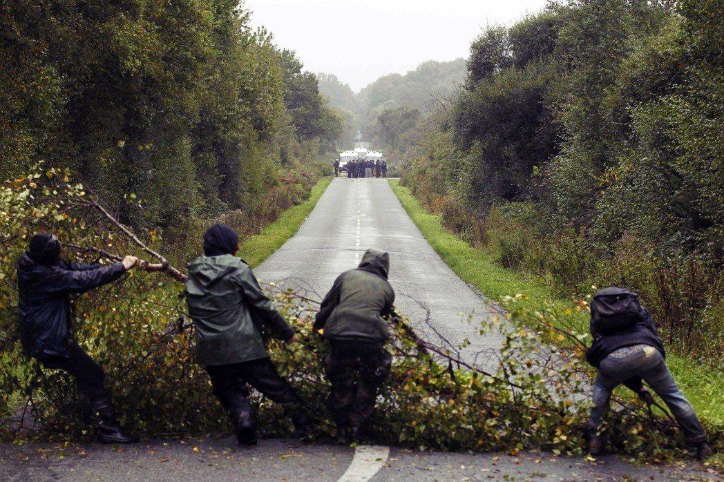2012年,抗爭者正試著佈下路障,阻礙從彼端進擊的鎮暴警察。 圖/路透社