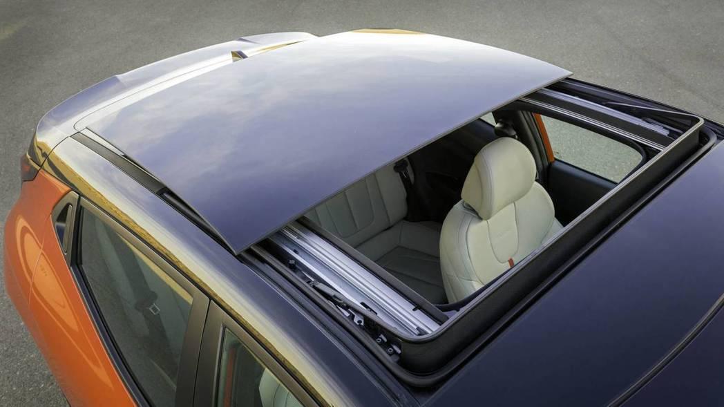 全新Hyundai Veloster全景天窗。 摘自Hyundai