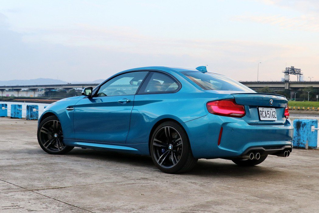 M2以俐落的車身搭配上強悍的動力輸出。 記者陳威任/攝影