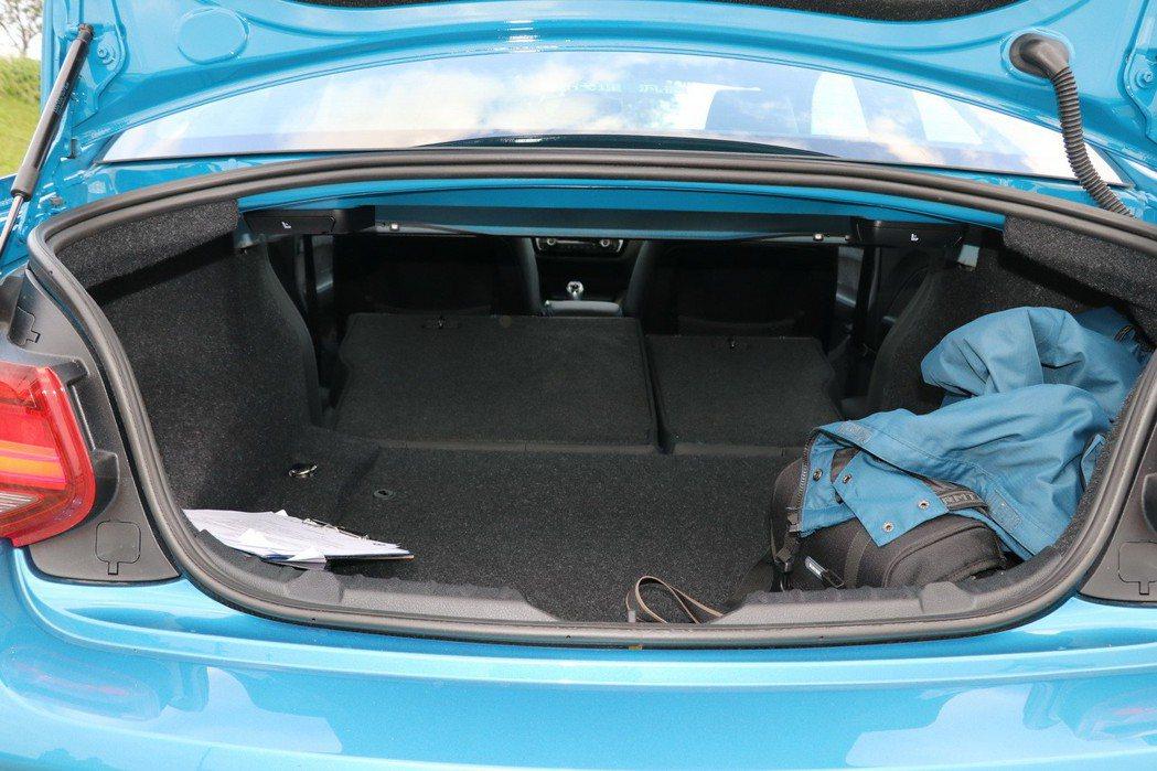 後座椅傾倒可以創造更多的後車廂載物空間。 記者陳威任/攝影
