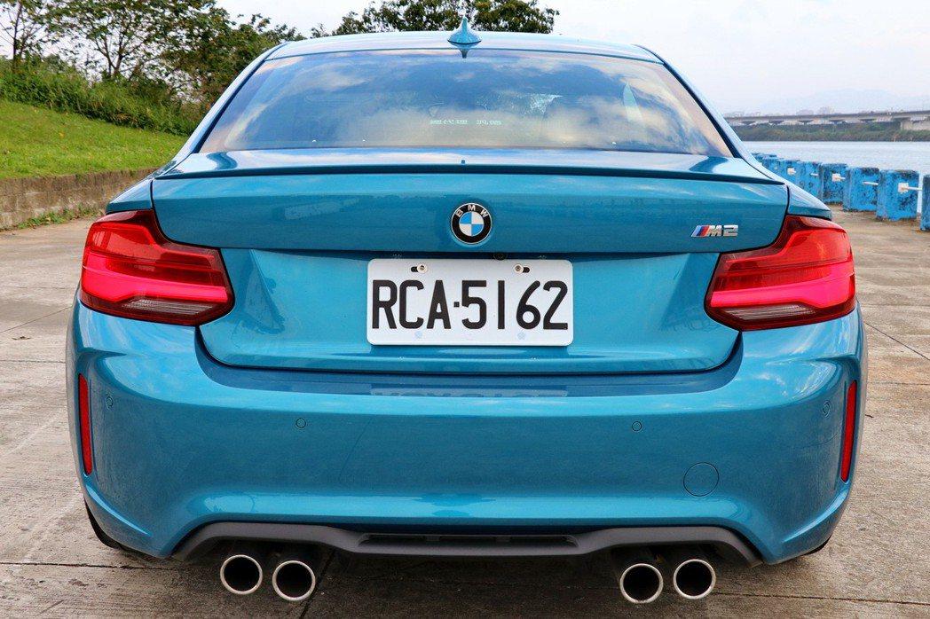全新M2車尾有雙邊四出的尾管設計。 記者陳威任/攝影