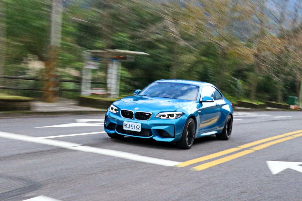 BMW M2相較於一般的2系列雙門跑車,M2擁有更寬的車身及更誇張的空力套件。 記者陳威任/攝影