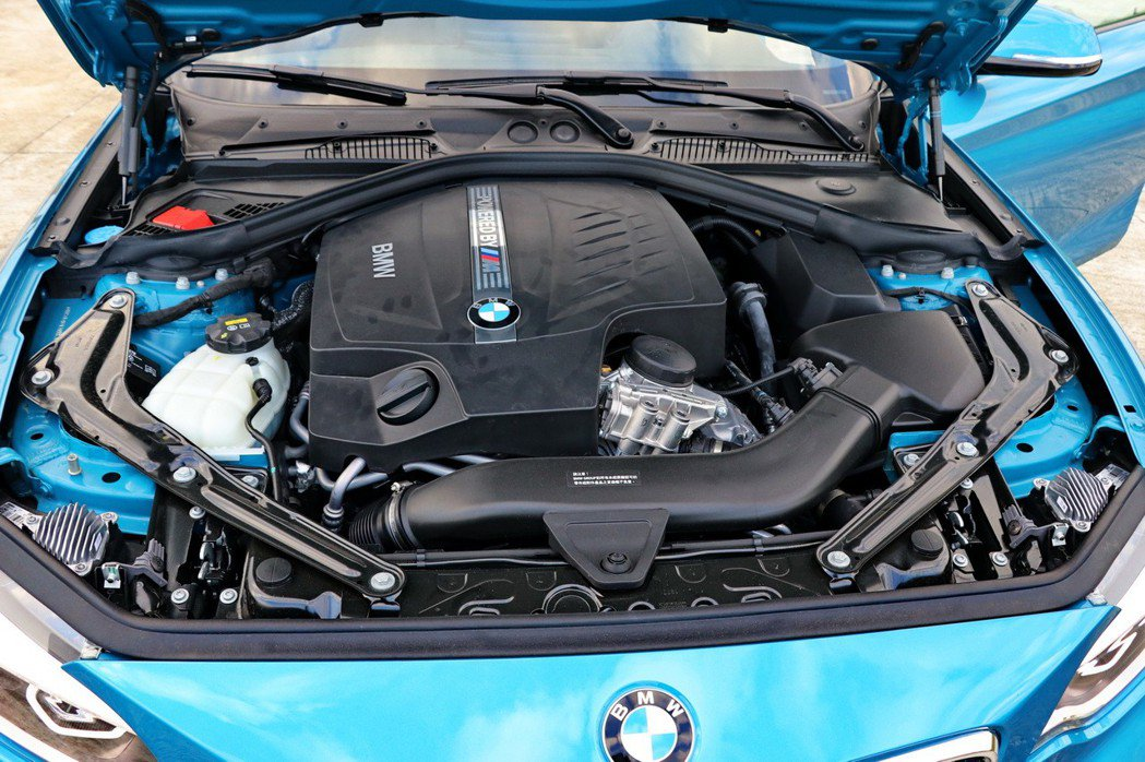 全新BMW M2搭載BMW M TwinPower Turbo直列六缸汽油引擎。...