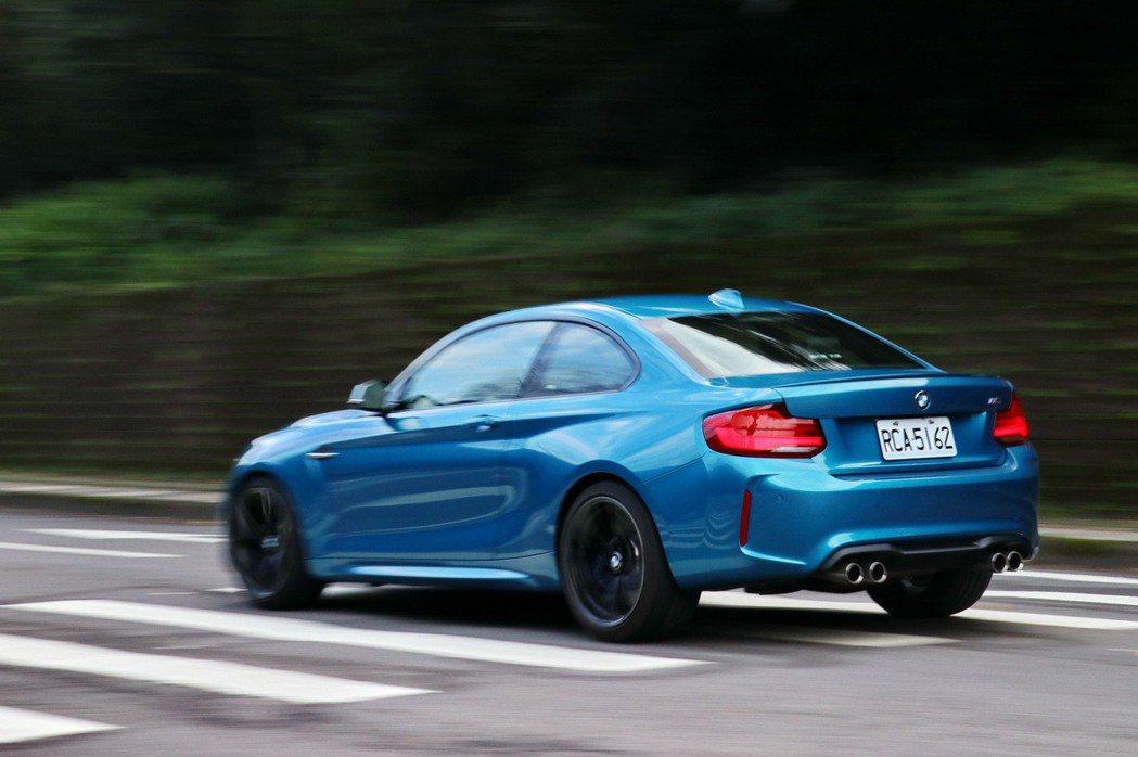 BMW M2就像是專門為了瞬間加速與征服彎道而打造的車款。 記者陳威任/攝影
