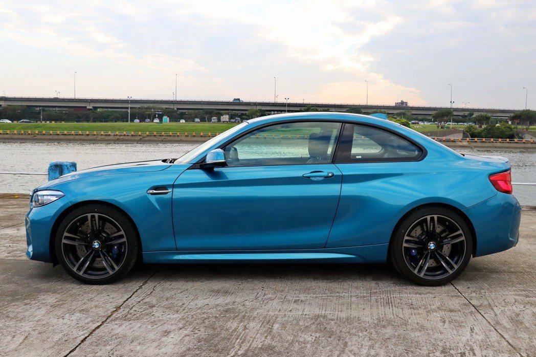 BMW M2擁有緊湊車身及運動感十足的線條設計。 記者陳威任/攝影