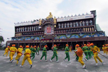 圖為2013年,龍發堂堂眾以宋江陣歡迎中國上海市精神衛生醫療機構人員參訪。 圖/聯合報系資料照