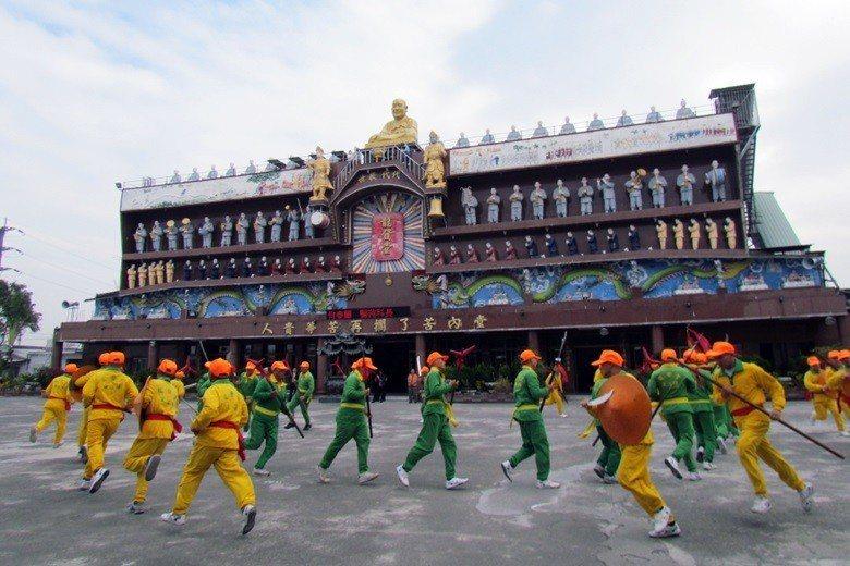 圖為2013年,龍發堂堂眾以宋江陣歡迎中國上海市精神衛生醫療機構人員參訪。 圖/...