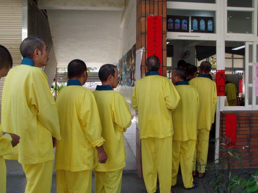 高雄縣路竹鄉龍發堂堂眾前往投票所投票畫面。攝自2005年。 圖/聯合報系資料照