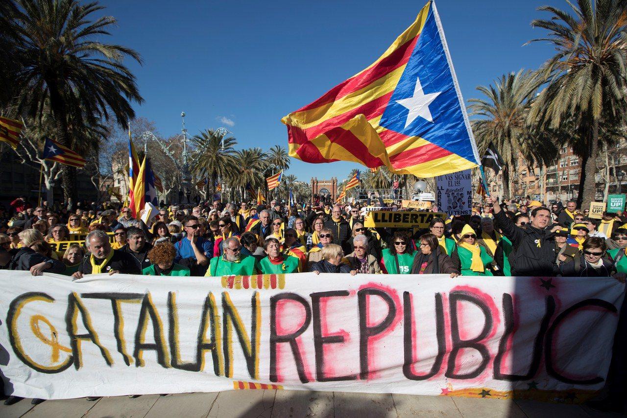 西班牙加泰隆尼亞自治區的獨派政黨建議,就制訂「加泰隆尼亞共和國」的新憲法舉行新公...