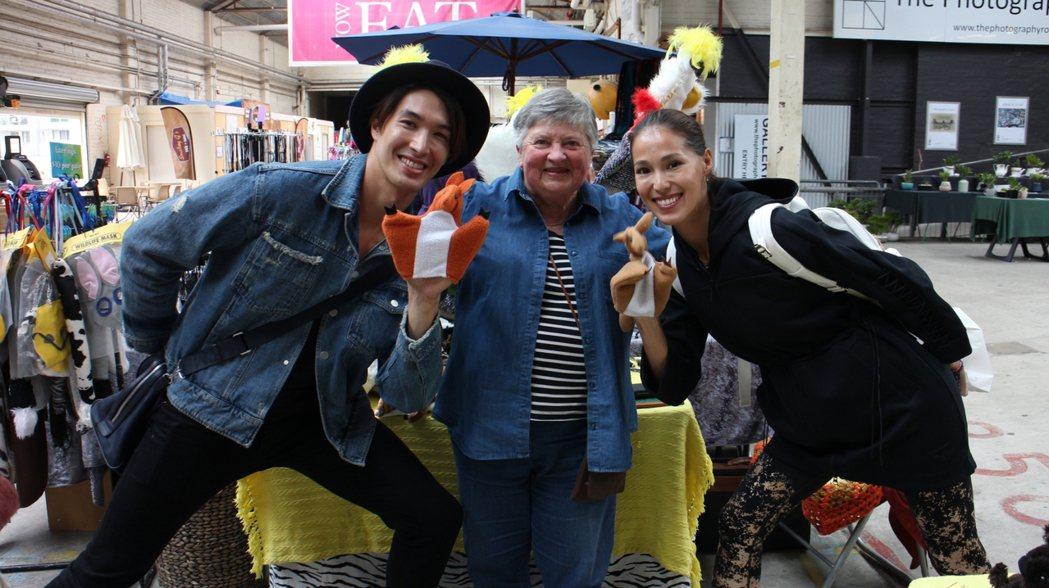 錦榮和Akemi於坎培拉老公車市集與賣家一見如故。圖/亞洲旅遊台