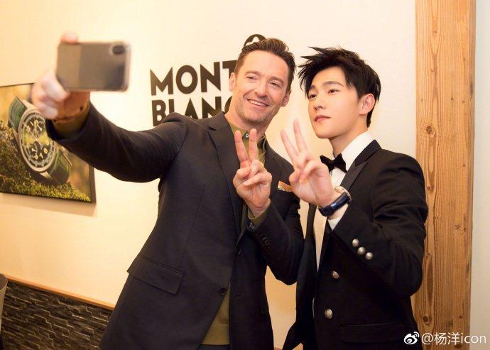 同為萬寶龍品牌大使的楊洋與休傑克曼一起玩自拍。圖/擷取自楊洋微博 @楊洋icon