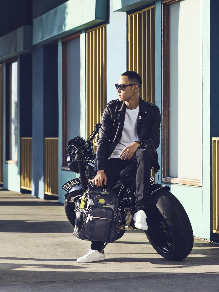 在TUMI新的一季形象廣告中,阮經天化身帥氣機車騎士,以皮夾克造型搭配Alpha...