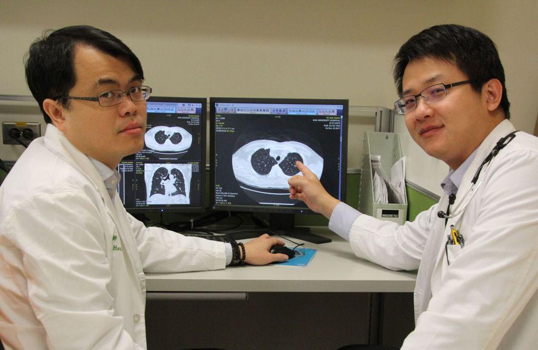 醫師戴芳銓(右)說明,劉姓婦人經電腦斷層切片,確診為肺腺癌。圖/亞洲大學附屬醫院...
