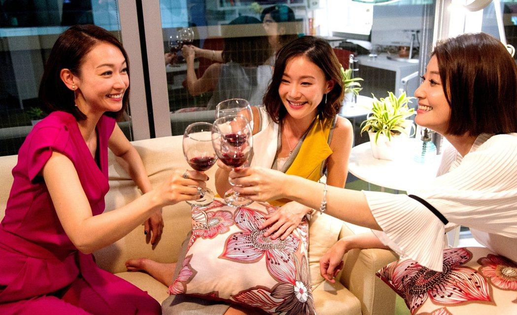 潘慧如(左起)鍾瑶和朱芷瑩私下感情也好。圖/三立提供(※ 提醒您:禁止酒駕 飲酒...