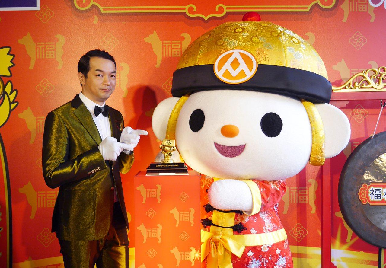 全聯今年福袋最大獎是純金打造的黃金福利熊,價值360萬元。記者王韶憶/攝影