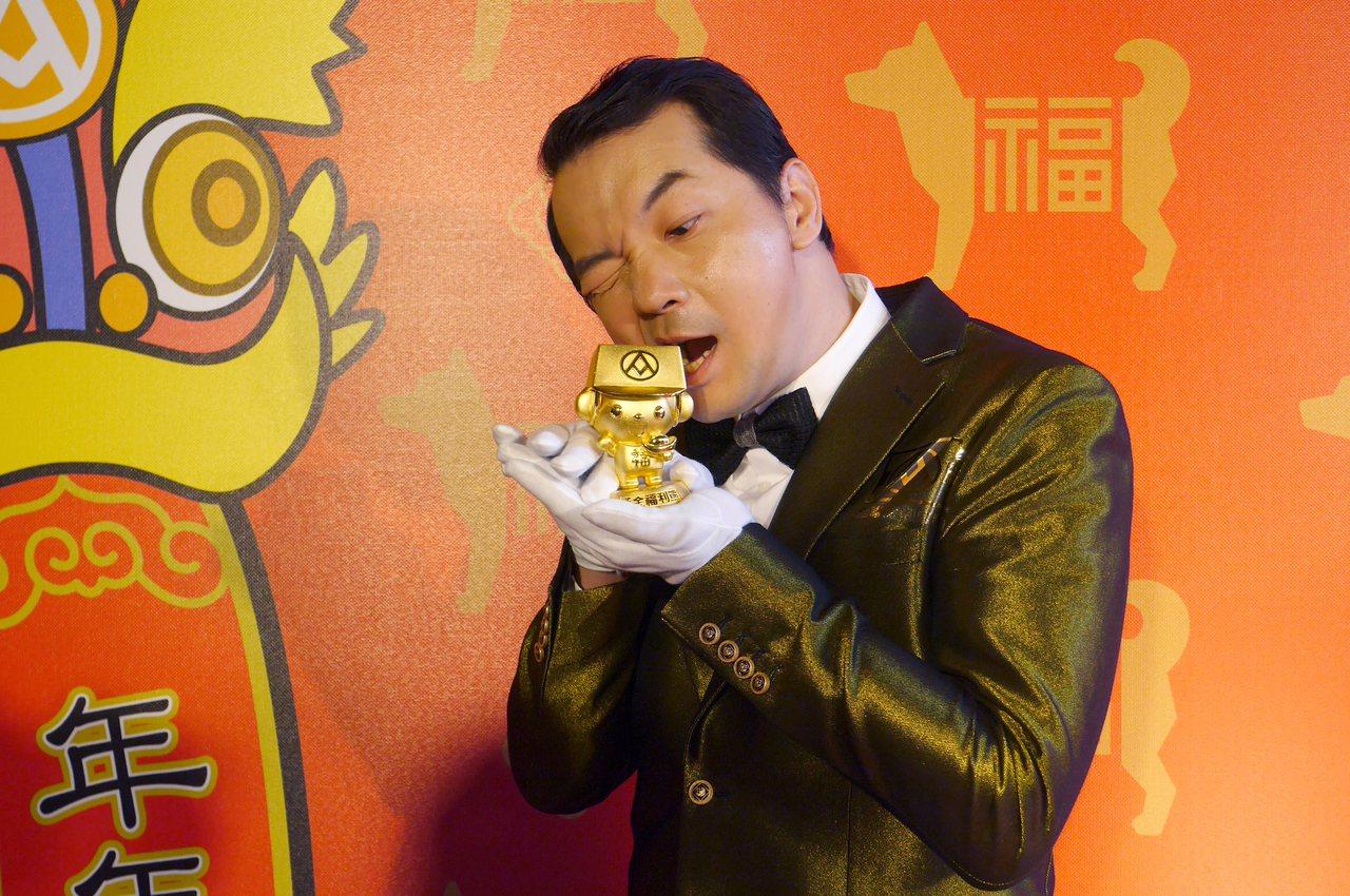 9999純金打造的黃金福利熊,重量約62兩6錢3分,相當於2.34公斤。記者王韶...
