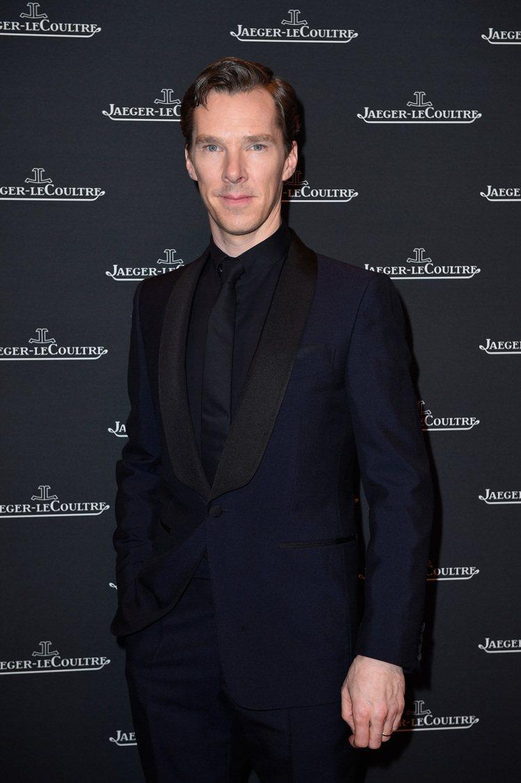 班奈迪克康柏拜區以dunhill的黑色襯衫、領帶搭配深藍色西裝外套,展現英倫紳士...