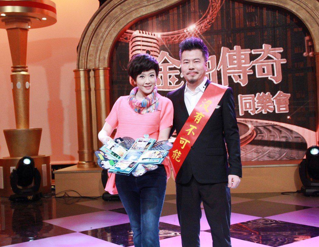 黃國倫(右)接下年代「金曲傳奇~無與倫比同樂會」主持棒,老婆寇乃馨站台力挺。圖/