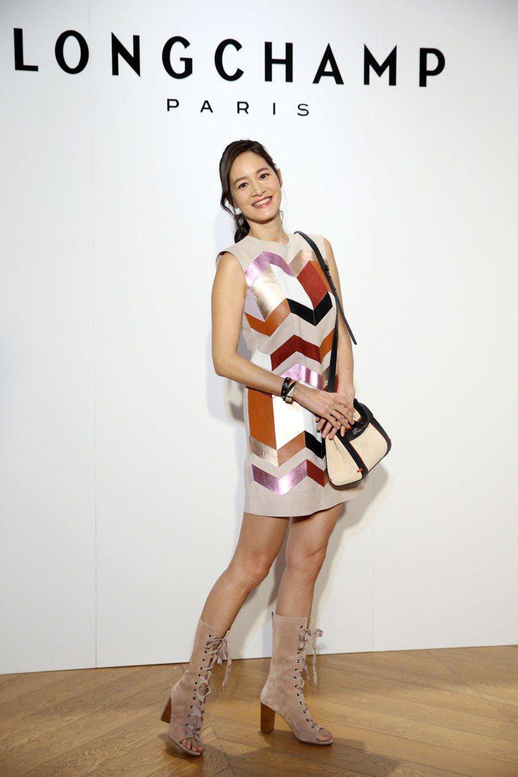 Janet以皮革裙裝搭襯Madeleine包款。圖/記者陳瑞源攝影
