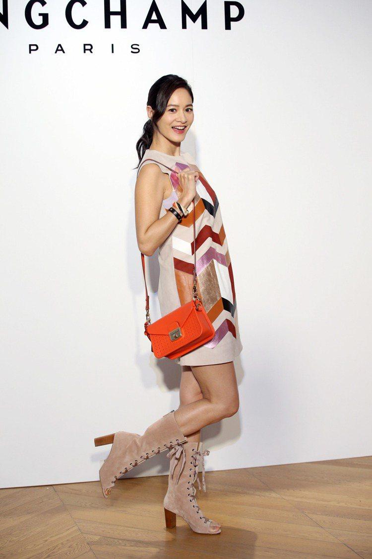 Janet以皮革裙裝搭襯全新的迷你尺寸Mademoiselle Longcham...