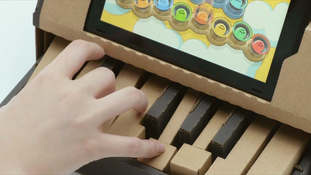 瓦楞紙模型結合遊戲把手,帶給玩家全新遊玩體驗。影片截圖