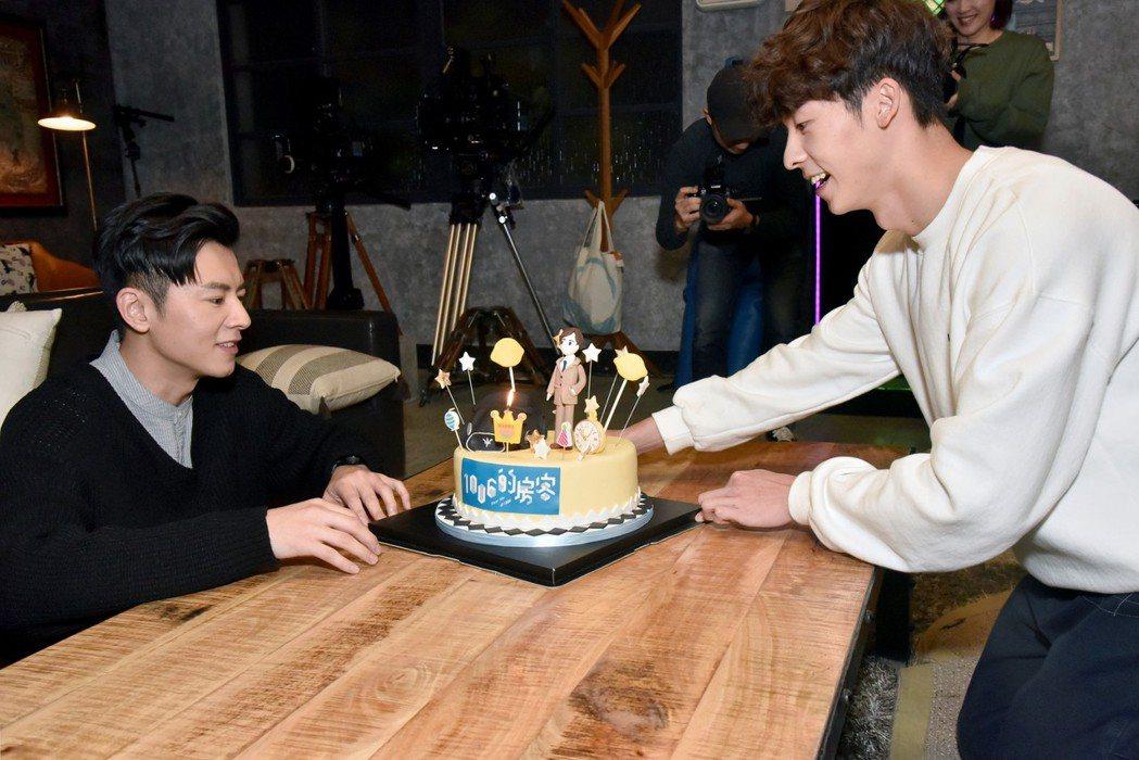 許光漢(右)端蛋糕出場為李國毅慶生。圖/歐銻銻娛樂提供