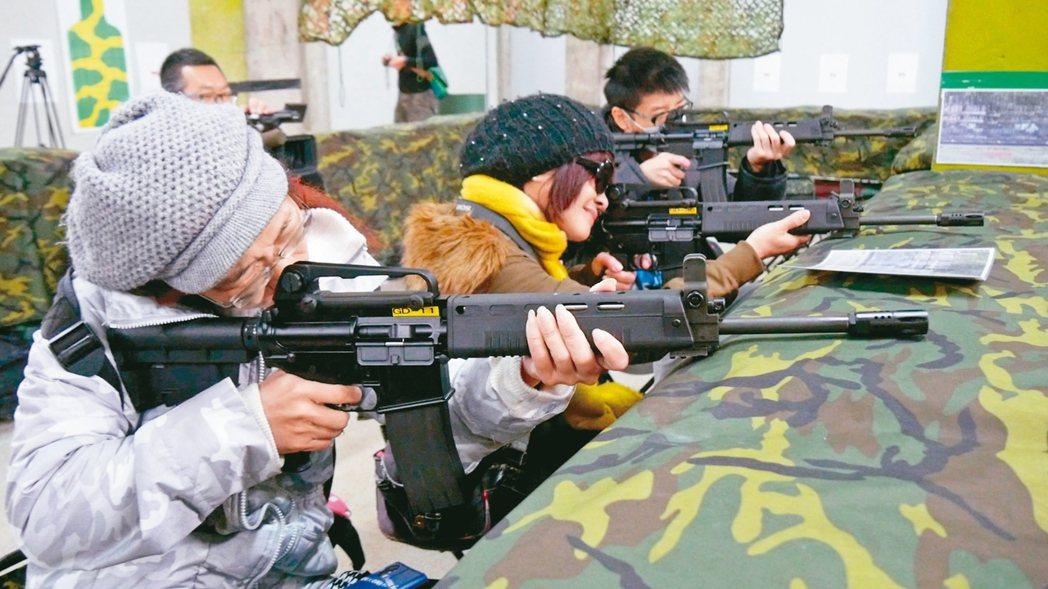 在烈嶼鄉后麟營區步槍模擬射擊館試玩,民眾都直呼「過癮」。 圖/聯合報系資料照片