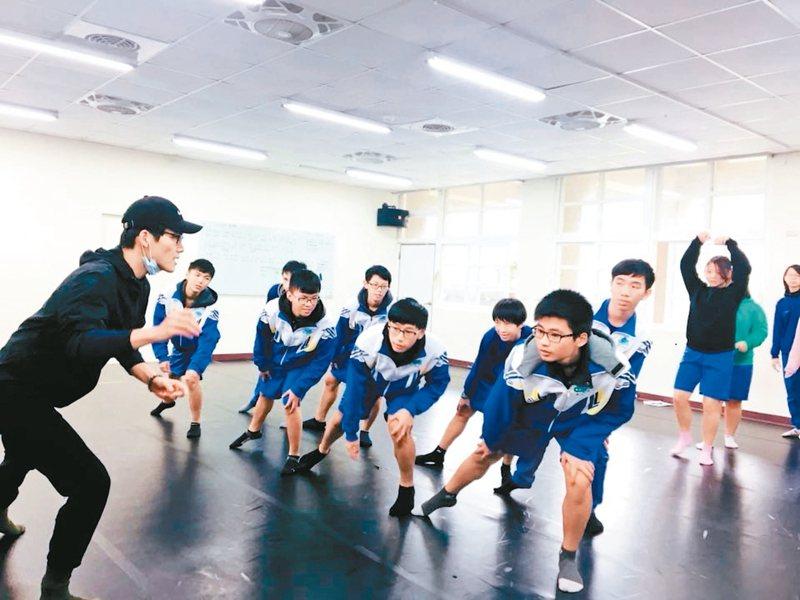 「高中音樂劇駐校教學」計畫中,音樂劇專業工作者教金山高中學生舞蹈。 圖/廣藝基金會提供