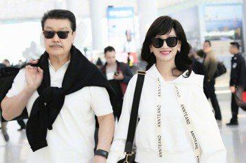 香港女星趙雅芝以「新白娘子傳奇」的白娘子形象聞名,多年以來一直是影迷心目中的美女偶像,然而26年過去,最近她和老公黃錦燊一起出遊,還在微博上傳夫妻倆的機場冊側拍照,只見已經63歲的她依舊有無痕嫩臉,...