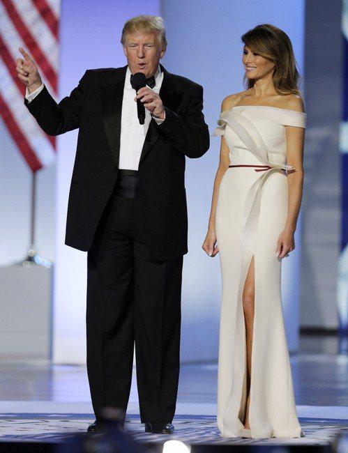 美國第一夫人梅蘭妮亞(右)穿著一襲象牙白、一字露肩、剪裁俐落的長裙出席在華盛頓會...