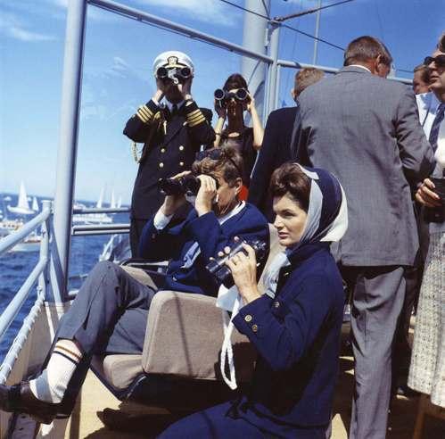 美國前第一夫人賈桂琳·甘迺迪(前排右一)1962年搭船訪視羅德島,她也喜歡歐式時...