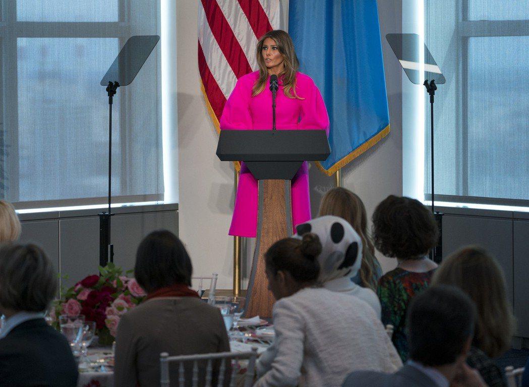 美國第一夫人梅蘭妮亞穿著亮粉色、誇大袖口洋裝出席美國駐聯合國代表團午餐會演講。美...