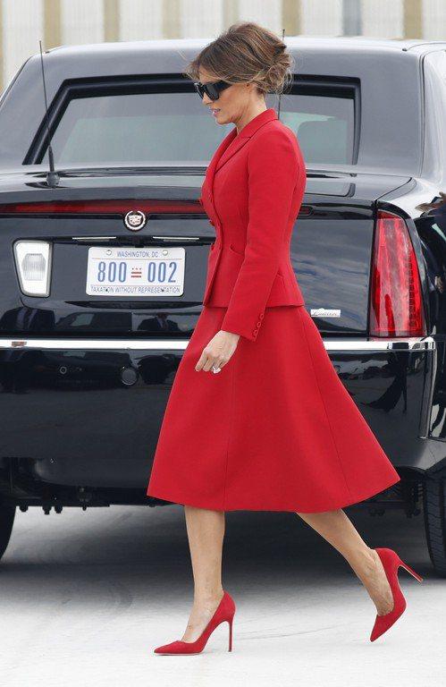美國第一夫人梅蘭妮亞穿著一襲紅色套裝禮服,腳踩細跟紅鞋抵達法國巴黎奧利機場。美聯...
