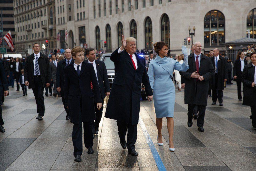 美國第一夫人梅蘭妮亞(中)去年1月20日穿著淺藍色Ralph Lauren洋裝出...