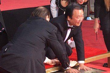 首部中美合拍的史詩電影「長城」票房鎩羽,執導「三國」等多部史實電視劇的中國大陸導演高希希今天表示,把好萊塢的元素強加於中國電影裡,水土不一定服。表彰他20多年來累積的影視成就,高希希獲邀在好萊塢中國...