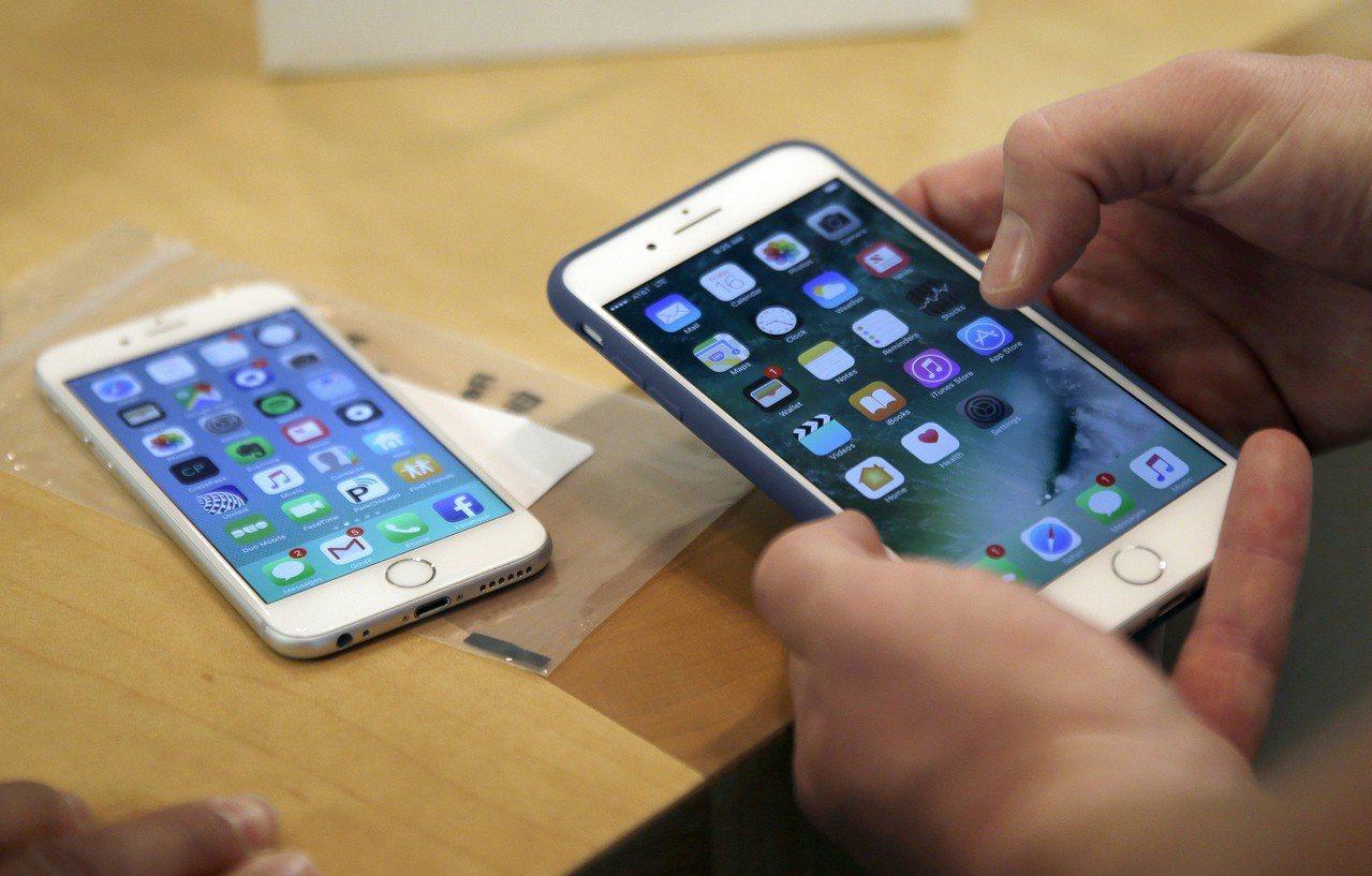 一名女子購買展示機,卻發現手機內零件都非原廠。圖為iPhone 6 Plus。美...