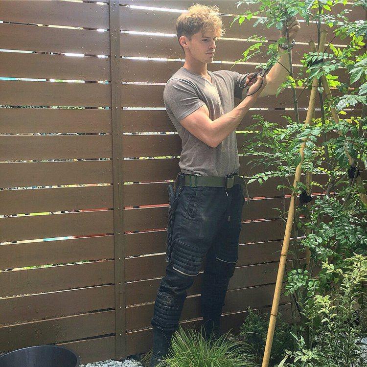 村雨辰剛在足立美術館報名應徵園藝工作,踏上他的拜師學藝之路。 圖/擷自twitt...