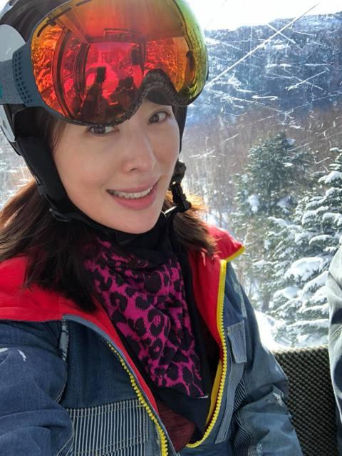 賈永婕一家人日前到日本度假滑雪,結果她卻不小心在滑雪場扭傷了腳,沒想到她還硬滑了兩天雪,回台灣後才去看醫生,被診斷出「骨折」。賈永婕18日在臉書分享從日本度假回來後的慘狀,只見她左腳腫成像「豬腳」一...