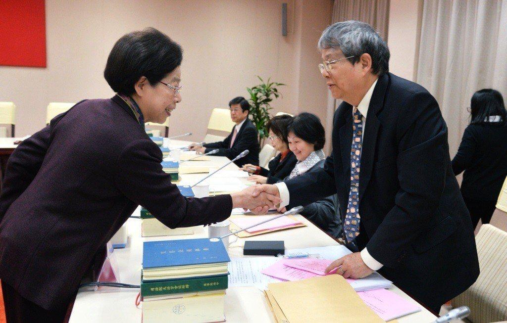 監察院長張博雅(左),與新科監察委員陳師孟握手談話。 圖/聯合報系資料照