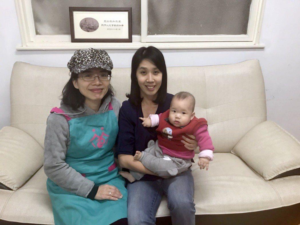 李媽媽(右)稱讚臺中市政府到宅坐月子服務的服務人員(左),在育兒上讓她受益良多。...