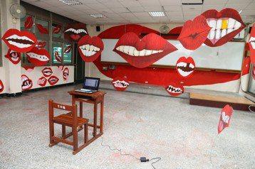圖為2016年中興大學的20處裝置藝術之一,以嘴部特寫搭配電腦所發出的謾罵語音,探討網路霸凌現象。 圖/中興大學提供