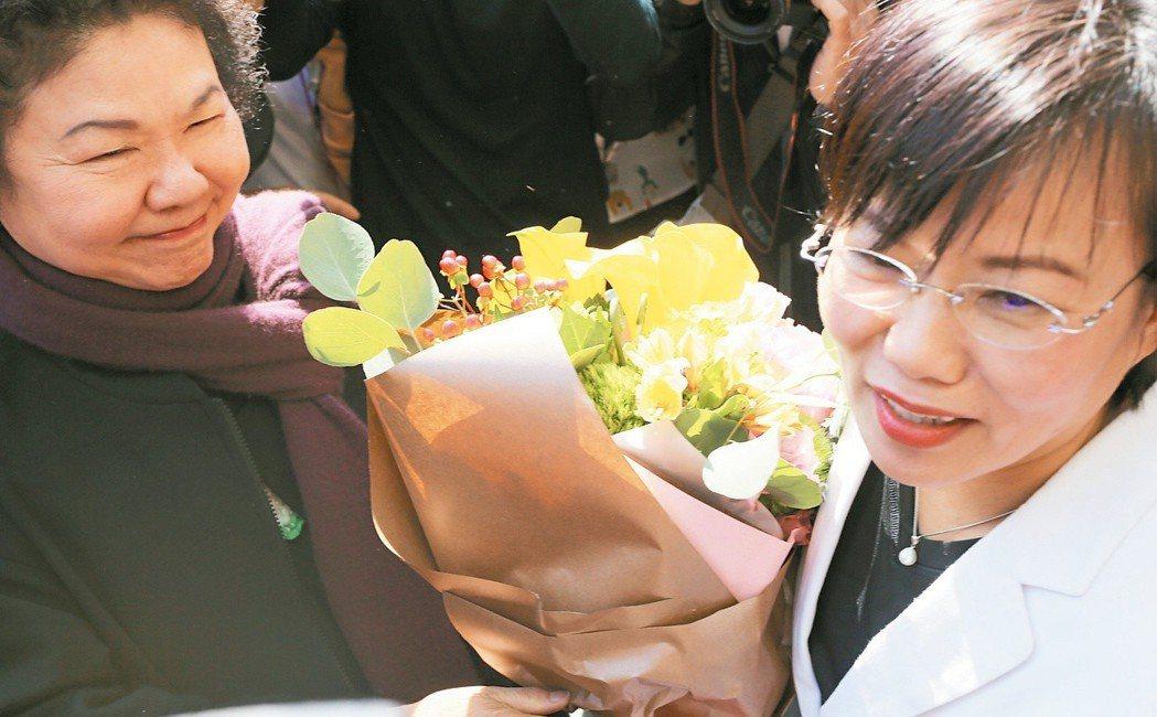 出書引爆黨內初選風暴,高雄市長陳菊(左)親自送花給劉世芳(右)打氣並致歉。 圖/...