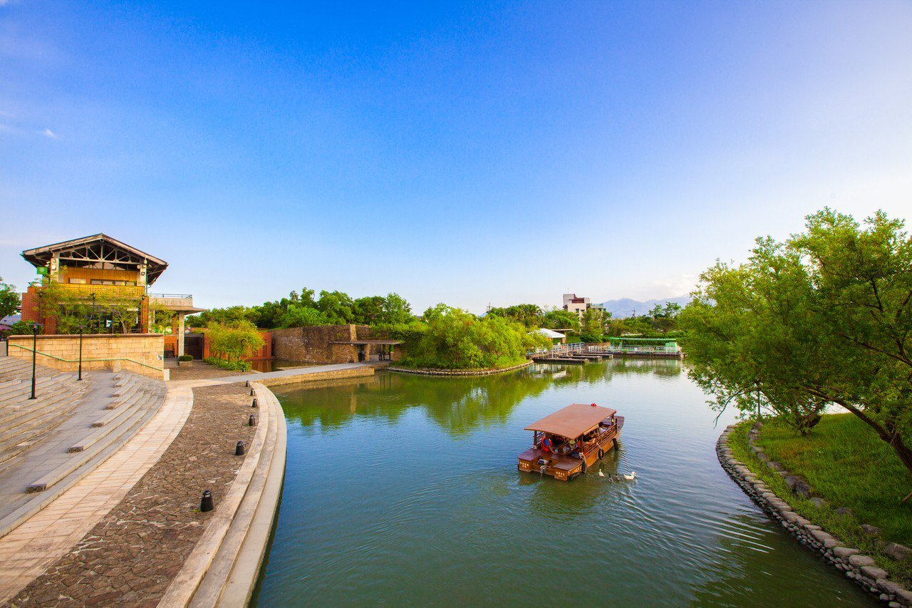 畫舫行駛在傳藝園區內河道別有一番韻味。
