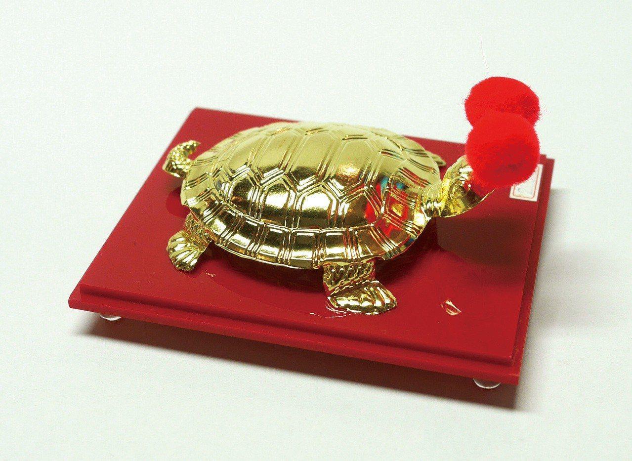 乞龜活動中連續最多聖杯的幸運兒,就能贏得十兩重的傳藝黃金龜!