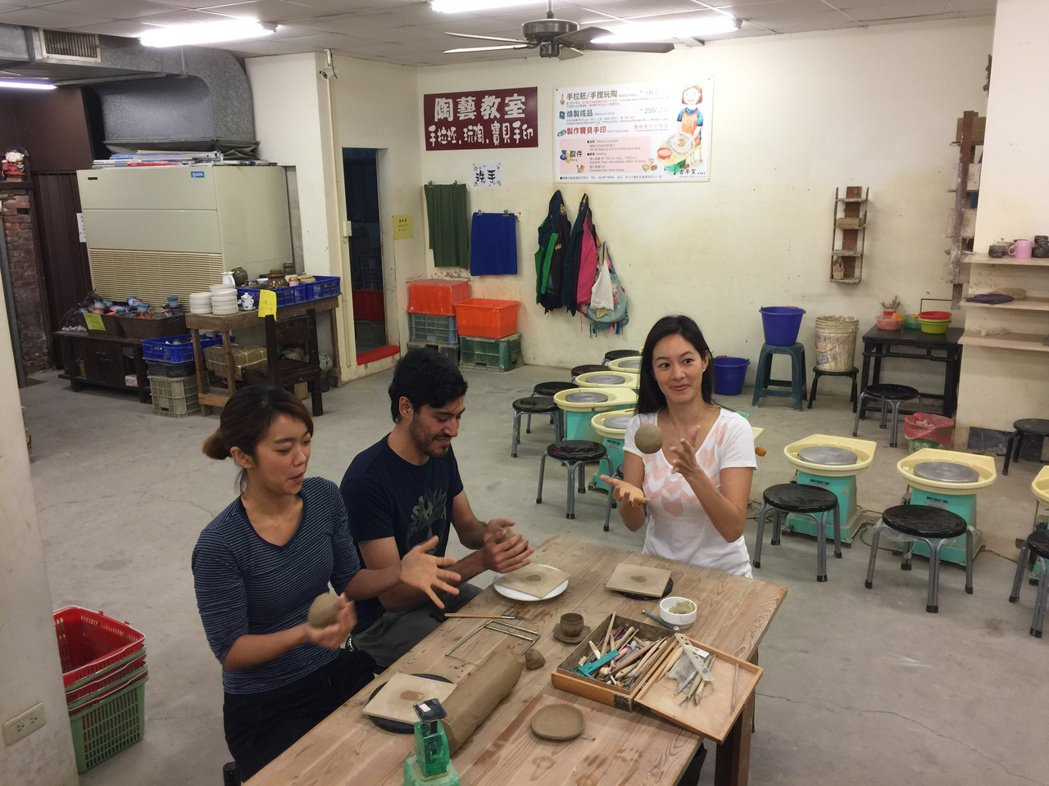 Janet(右起)、Guilherme、大霈為新一季「瘋台灣」到鶯歌捏陶。記者蘇