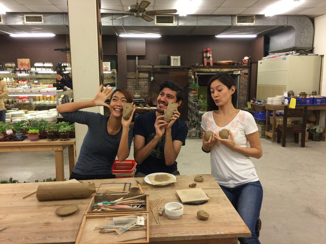 Janet(右起)、Guilherme、大霈展示自己的捏陶作品,後面兩人都捏了J...