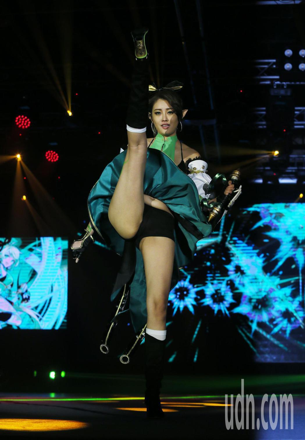藝人賴琳恩Cosplay遊戲角色,秀出蜜大腿火辣登場為遊戲代言。記者許正宏/攝影