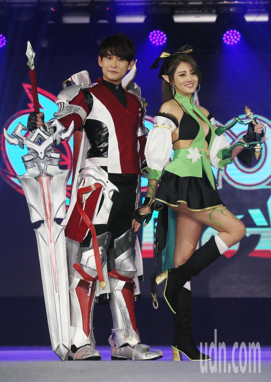藝人賴琳恩(右)、陳乃榮(左)婚後首度同台亮相,夫妻倆一起Cosplay遊戲角色...