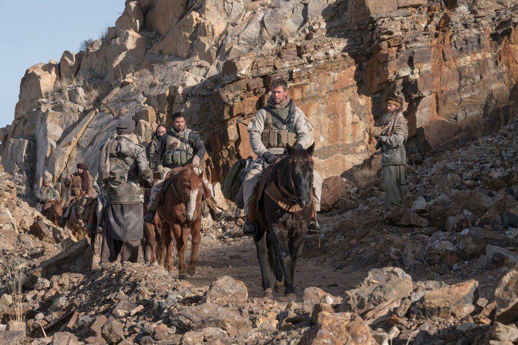 卸下「雷神」,克里斯漢斯沃在「12猛漢」中飾演深入戰場險境的綠扁帽隊長。圖/Ca...