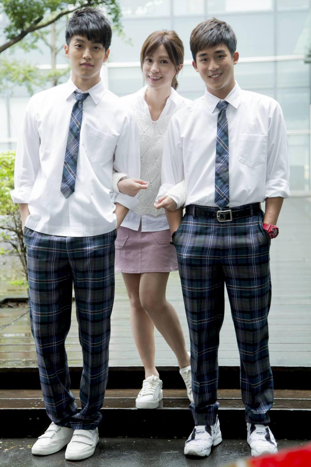 李博翔(右起)、陳敬宣、徐謀俊演出「萬德浮史貝斯」。圖/緯來電影台提供